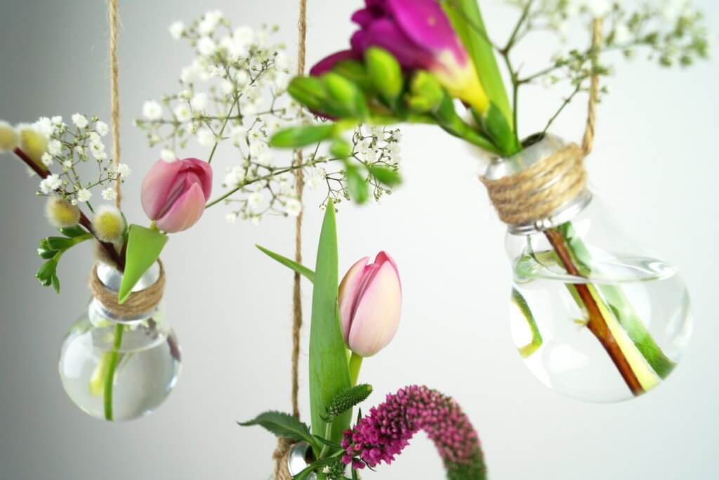 niedliche-vasen-aus-glühbirnen-diy-tantedine