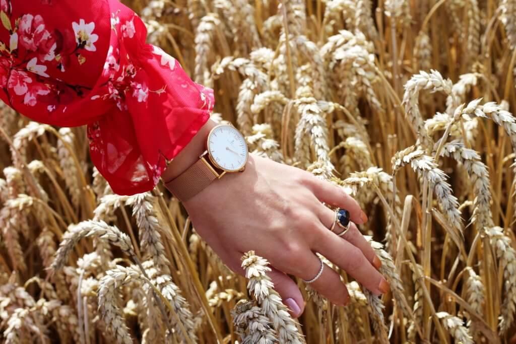 Trendfarbe im Herbst Rot Wickelkleid Kapten and Son Armbanduhr tantedine
