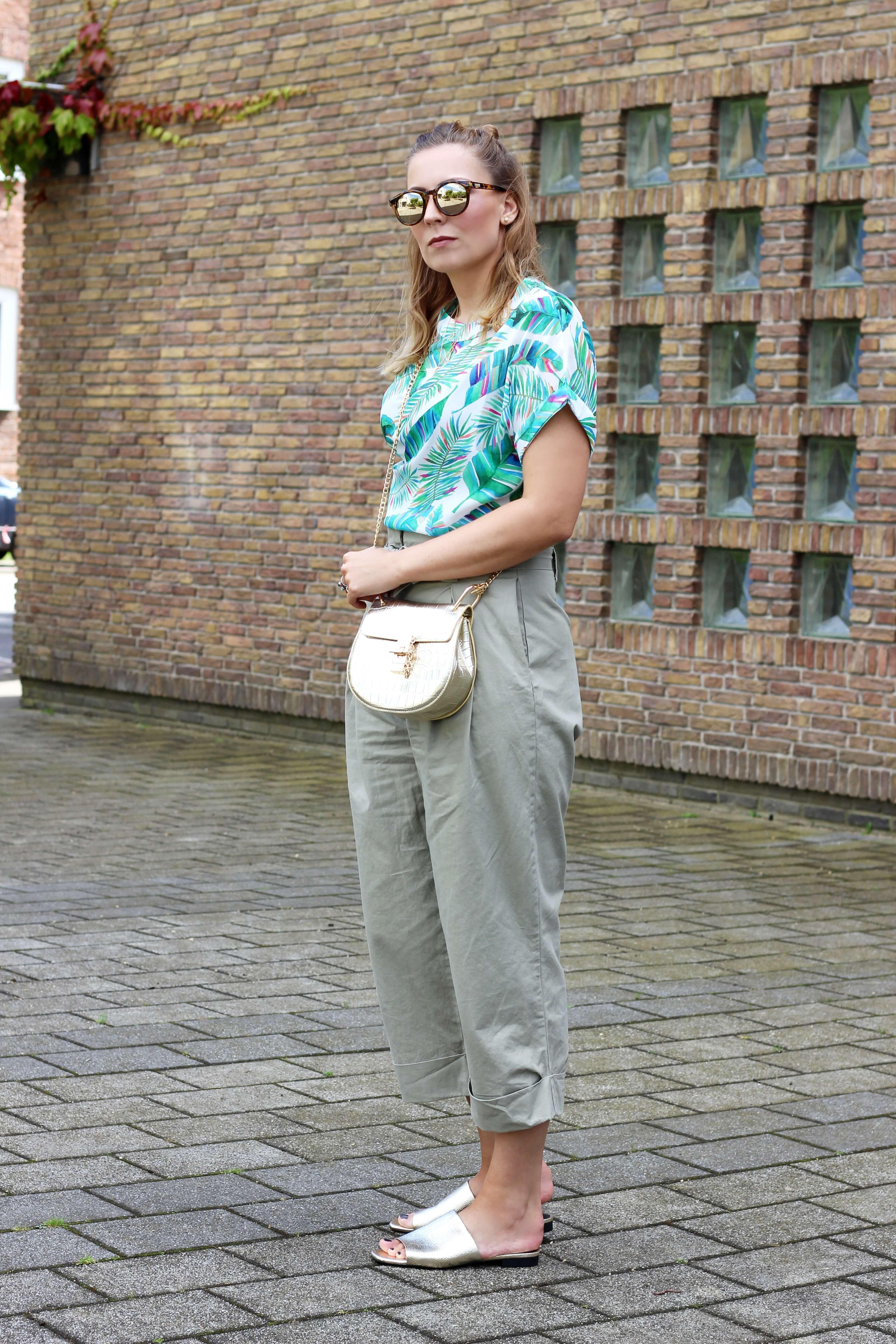 Palmenprintshirt mit weiter Hose und goldenen Accessoires Outfit unter 100 Euro