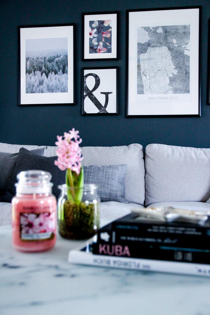 Bildergalerie mit Posterlounge im Wohnzimmer dunkle Wand tantedine