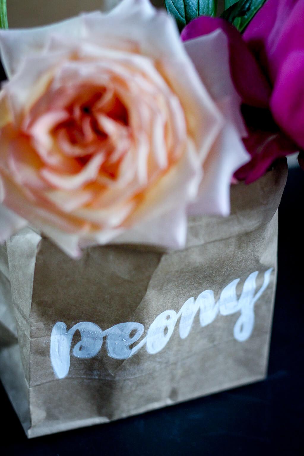 Paperbag Vasen DIY mit Papiertüten Deko Interior Basteln Lettering Pfingstrosen Rosen Blumen tantedine